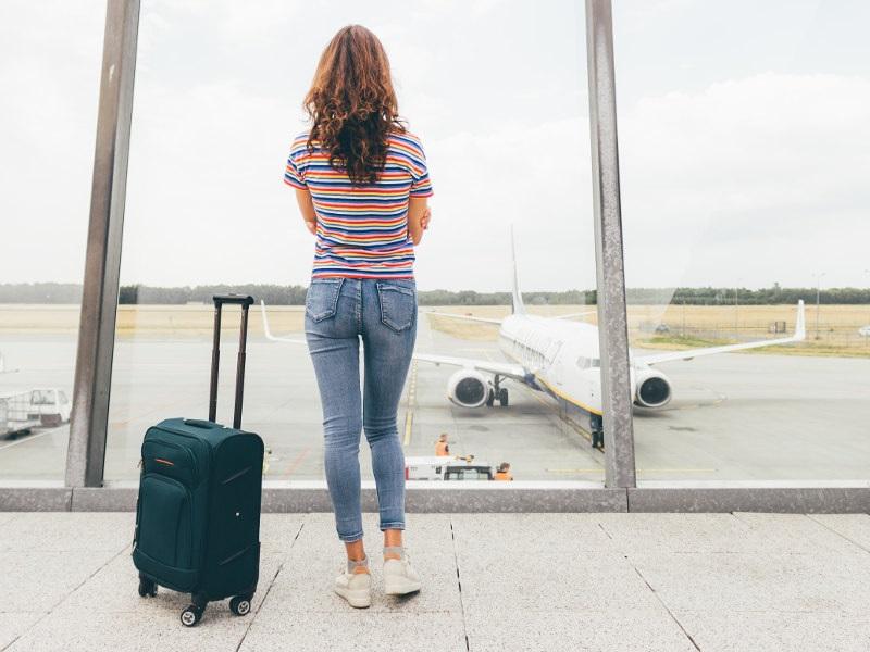 Mulher esperando o avião em aeroporto