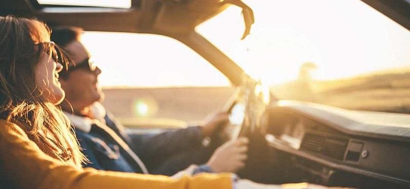 Casal curtindo viagem de carro em Joanesburgo