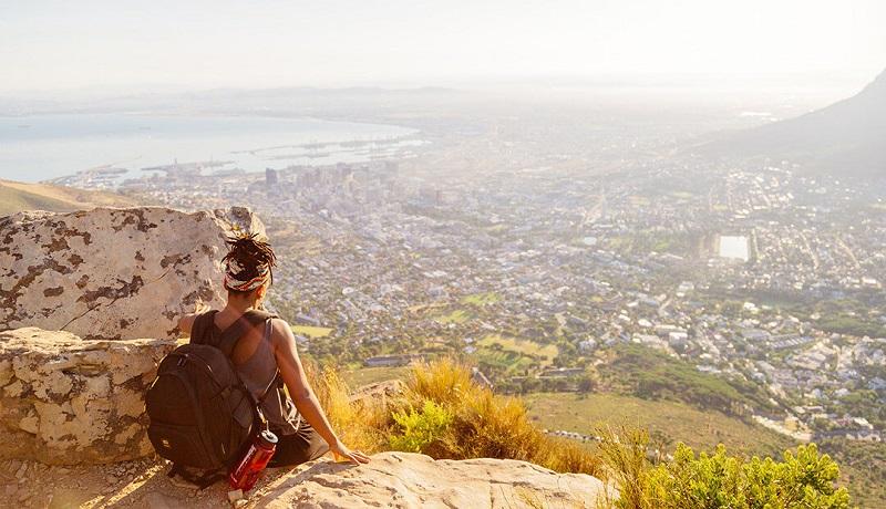 Pessoa contemplando paisagem na África do Sul