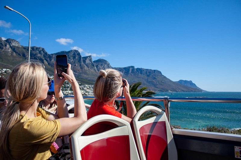 Turistas usando o celular na África do Sul